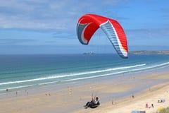 Voo do Paraglider acima da praia foto de stock