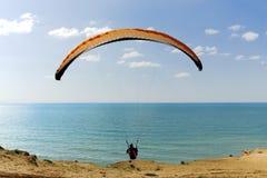 Voo do Paraglider acima de mediterrâneo Imagem de Stock Royalty Free