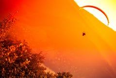 Voo do Paraglider na montanha Bielsko do ZAR Foto de Stock