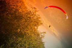Voo do Paraglider na montanha Bielsko do ZAR Fotografia de Stock Royalty Free