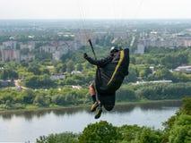 Voo do Paraglider sobre a cidade grande fotos de stock royalty free