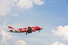 Voo do plano de Air Asia no céu Fotografia de Stock Royalty Free