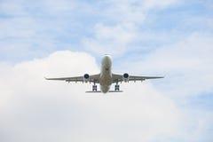 Voo do plano de avião de passagem contra o céu azul bonito com cópia Foto de Stock