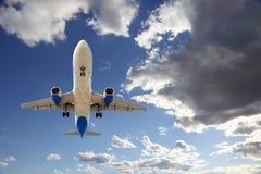 Voo do plano de avião de passagem no céu imagens de stock royalty free