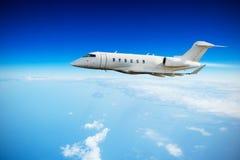 Voo do plano de jato privado acima das nuvens imagens de stock royalty free