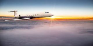 Voo do plano de jato privado acima das nuvens dramáticas fotos de stock