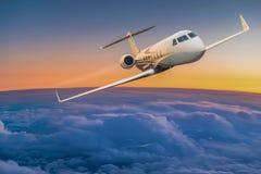 Voo do plano de jato privado acima das nuvens dramáticas fotografia de stock royalty free