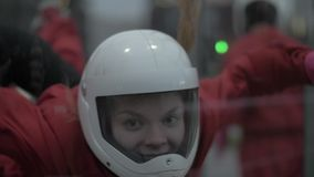Voo do skydiver da jovem mulher do retrato no túnel de vento Salto de paraquedas e saltar em queda livre vídeos de arquivo