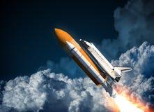 Voo do vaivém espacial nas nuvens Foto de Stock