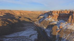 Voo do zangão da vista aérea acima da reserva nacional da garganta de Charyn de Cazaquistão vídeos de arquivo