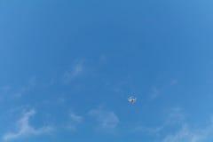 Voo do zangão no céu azul Imagem de Stock