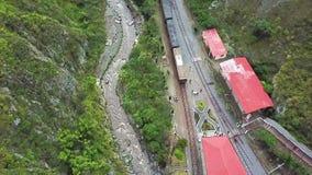 Voo do zangão sobre a chegada do trem no nariz Equador do diabo s da estação video estoque