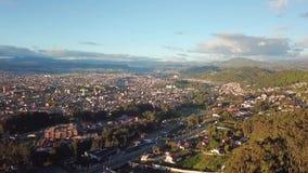 Voo do zangão sobre a cidade de Cuenca no por do sol Equador filme