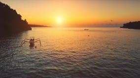 Voo do zangão sobre o oceano do por do sol Navigação dos barcos video estoque