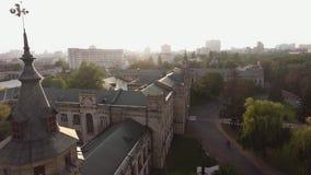 Voo do zangão sobre os telhados da cidade velha video estoque