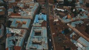 Voo do zangão sobre os telhados oxidados da cidade velha Chernivtsi Ucrânia vídeos de arquivo