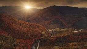 Voo do zangão sobre a paisagem dramática do por do sol do outono vídeos de arquivo
