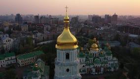 Voo do zang?o em torno da catedral de Sophia de Saint, Kiev, Ucr?nia video estoque