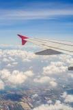 Voo dos aviões no céu Fotografia de Stock