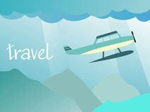 Voo dos aviões no céu sobre as montanhas Fotos de Stock Royalty Free