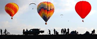 Voo dos balões no céu no nascer do sol Imagens de Stock
