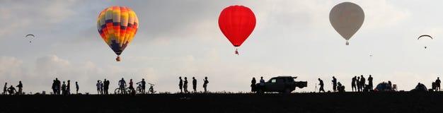 Voo dos balões no céu no nascer do sol Imagem de Stock Royalty Free
