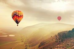 Voo dos balões no céu no nascer do sol Imagem de Stock