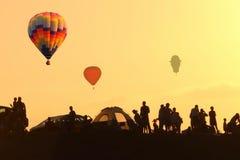 Voo dos balões no céu no nascer do sol Fotos de Stock