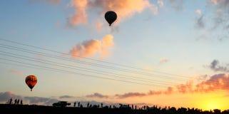 Voo dos balões no céu no nascer do sol Imagens de Stock Royalty Free