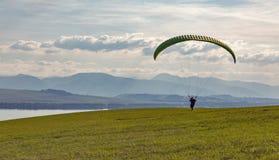 Voo dos começos do Paraglider do monte O extremo ostenta a atividade fotos de stock royalty free