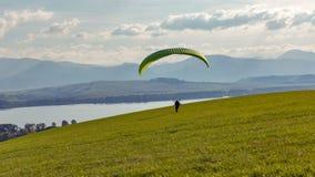 Voo dos começos do Paraglider do monte O extremo ostenta a atividade foto de stock