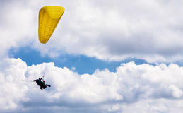 Voo em tandem do parapente nas nuvens Foto de Stock