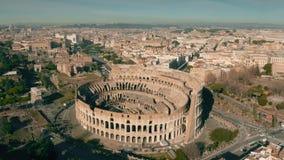 Voo em torno de Colosseum em Roma, Itália filme