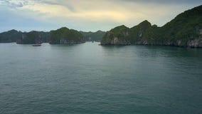 Voo fantástico sobre a baía famosa com barco e Rocky Islands vídeos de arquivo