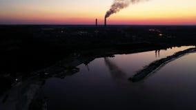 Voo lateral aéreo em torno das tubulações da fábrica industrial Profissão complexa da energia da produção do fumo do vapor video estoque