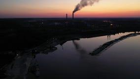 Voo lateral aéreo em torno das tubulações da fábrica industrial Profissão complexa da energia da produção do fumo do vapor filme