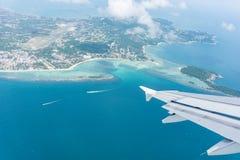 Voo longe de Ko Samui da ilha e do mar planos da janela abaixo fotografia de stock