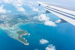 Voo longe de Ko Samui da ilha e do mar planos da janela abaixo imagens de stock