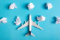 Voo modelo do avião entre as nuvens de papel Fotografia de Stock