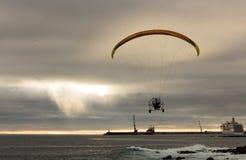 Voo motorizado do Paraglider acima do porto do oceano Imagens de Stock