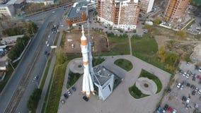 Voo na altura do monumento ao foguete de Soyuz filme