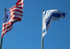 Voo na bandeira americana de céu azul e na bandeira israelita Imagem de Stock Royalty Free