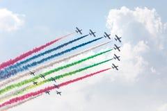 Voo nacional do esquadrão do desempenho de ar dos UAE no céu Fotografia de Stock