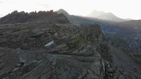 Voo nas montanhas no nascer do sol vídeos de arquivo