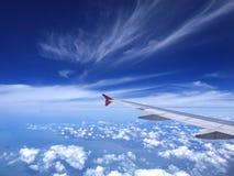 Voo no céu azul Fotografia de Stock