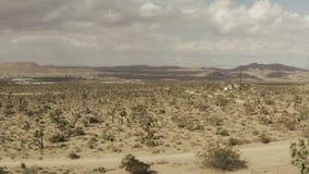 Voo no deserto sobre um carro do cavalo em um dia ventoso filme