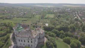 Voo no zangão ao castelo histórico e no parque em Olesko - sightseeing ucraniano famoso video estoque