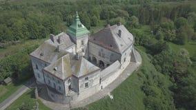 Voo no zangão ao castelo histórico e no parque em Olesko - sightseeing ucraniano famoso vídeos de arquivo