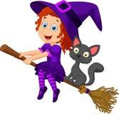 Voo novo da bruxa dos desenhos animados em sua vassoura Fotografia de Stock Royalty Free