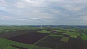 Voo para trás sobre campos agrícolas rurais video estoque
